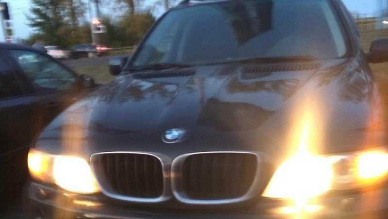 В Брянске на стоянке у «Аэропарка» малыша оставили в запертой машине