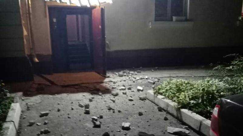 В Брянске после капремонта рухнул карниз дома
