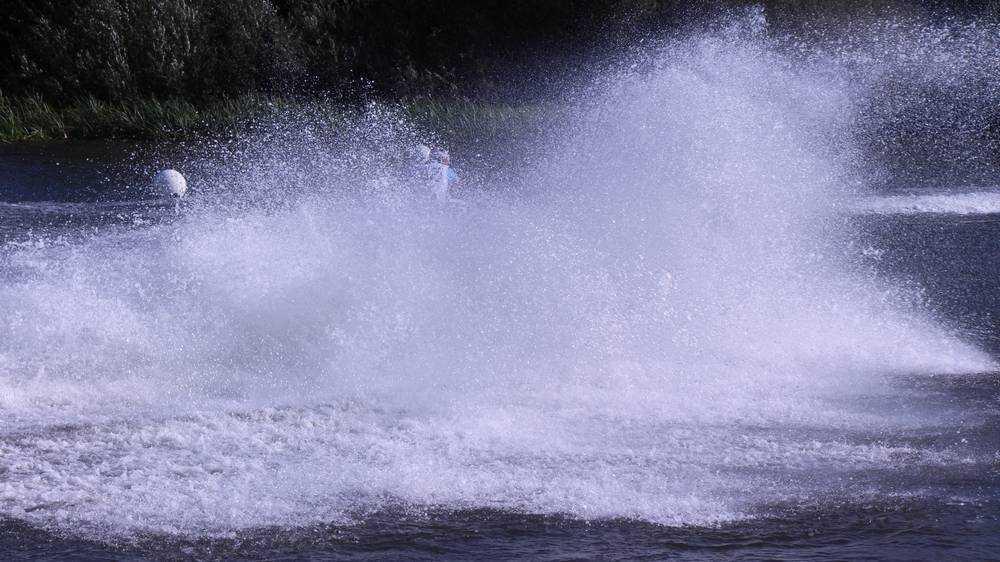 Аквабайкеры подарили Брянску роскошь фигурного катания на воде