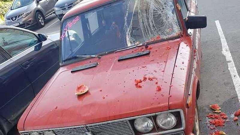 В Брянске стекло автомобиля ВАЗ разбили арбузом