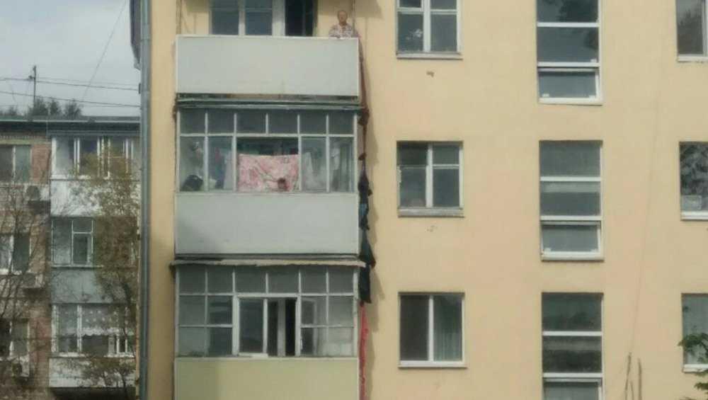 Брянская пенсионерка научилась веревкой поднимать сигареты на 4 этаж