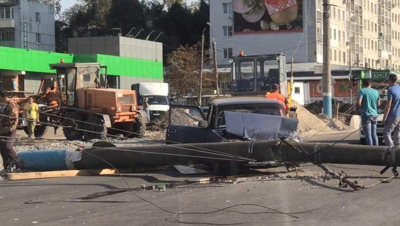 В Брянске 40-летний водитель чудом выжил в раздавленной столбом машине
