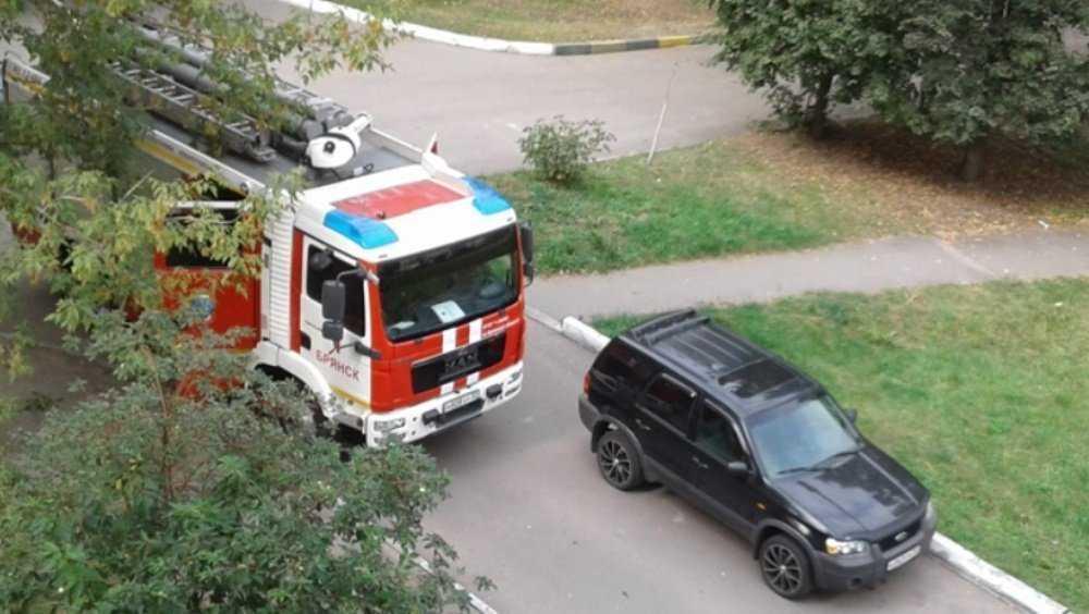 В Брянске во дворе дома легковушка перекрыла дорогу пожарной машине