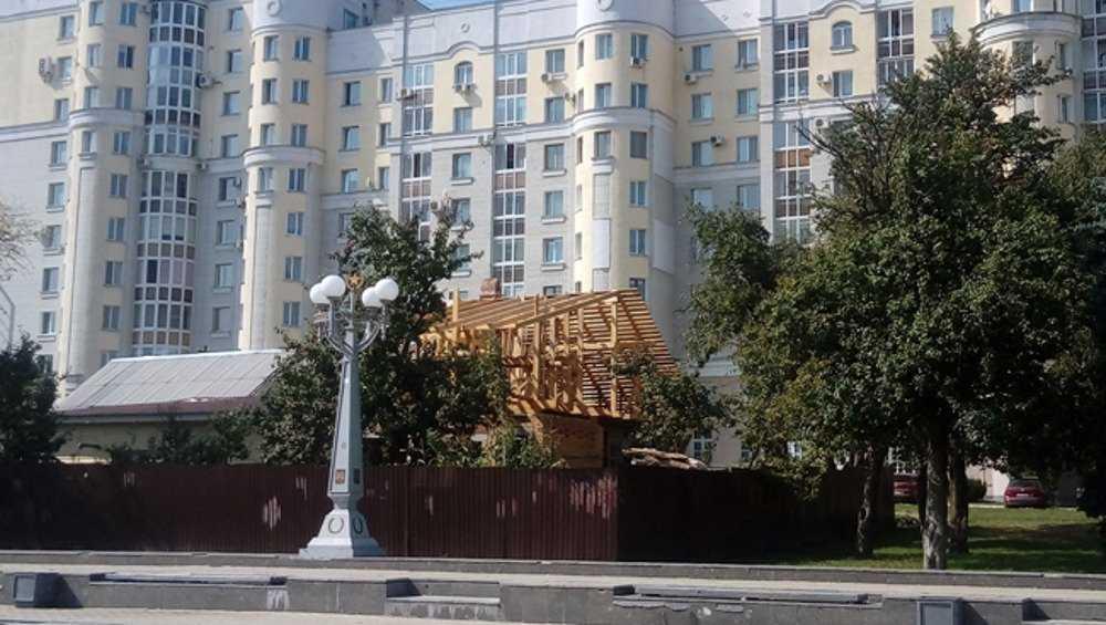 В частном дом на центральной площади Брянска надстраивают второй этаж