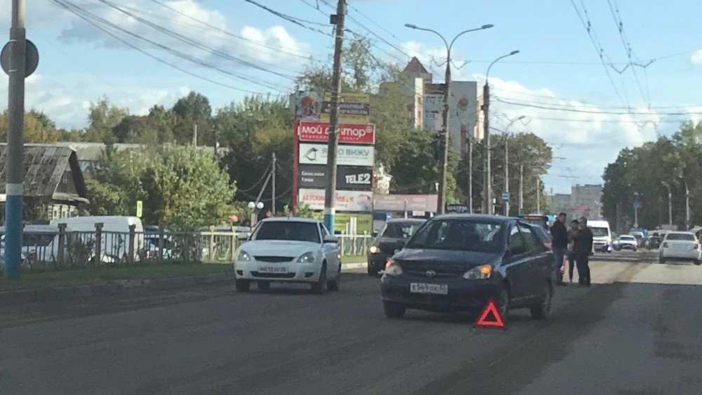 В Брянске машины обменялись ударами между ТРЦ Тимошковых и «Мельницей»