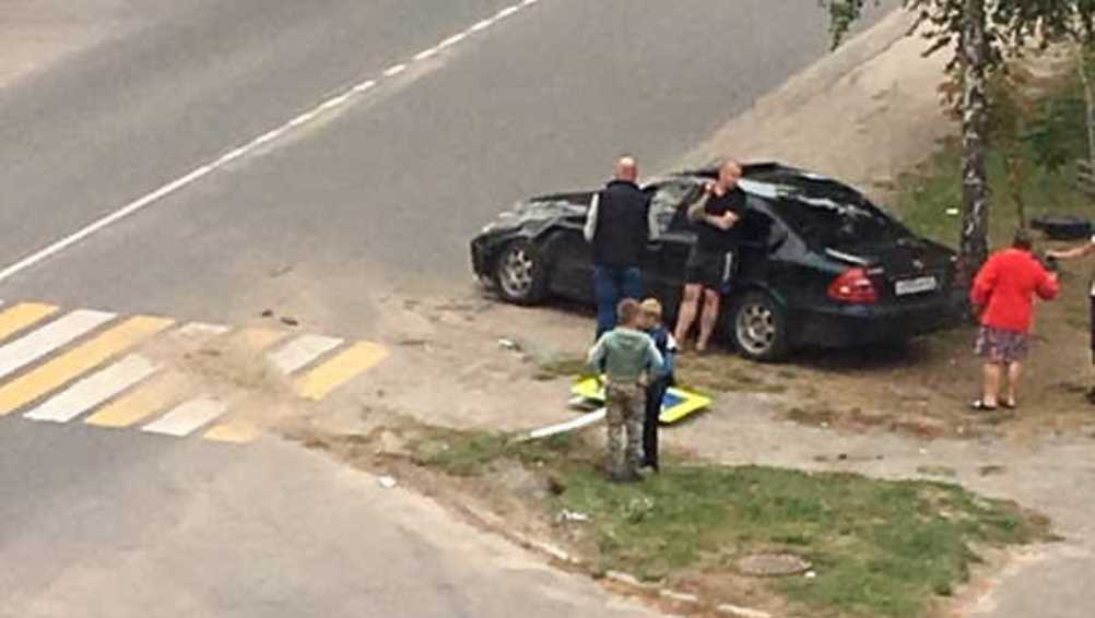 В Новозыбкове легковушка на «зебре» врезалась в дорожный знак