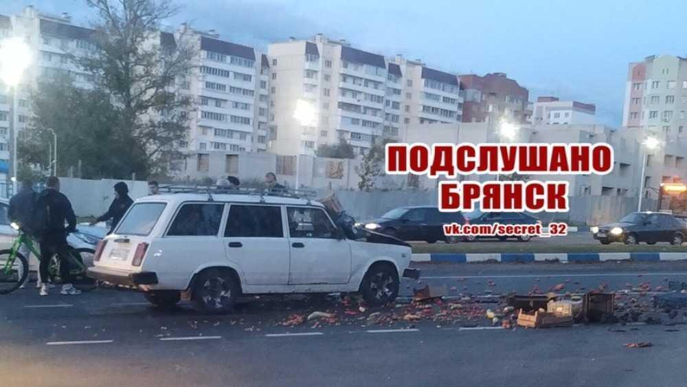 На выезде из Брянска разбился легковой автомобиль с фруктами
