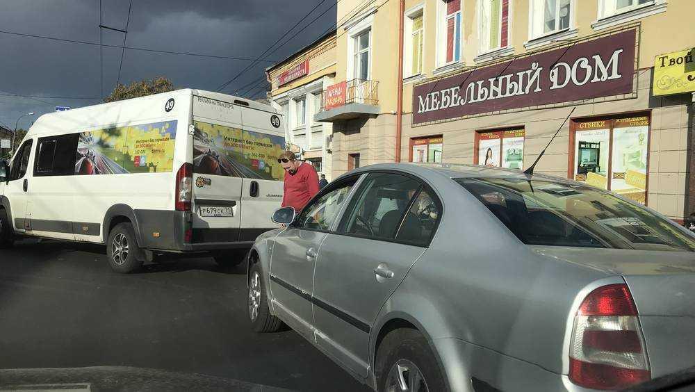 В Брянске на улице Калинина в ДТП попала маршрутка