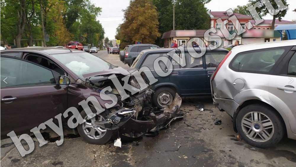В Новозыбкове возле торгового центра столкнулись четыре автомобиля