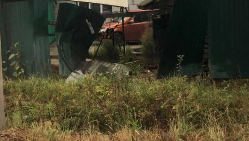 В Новозыбкове пьяный водитель на легковушке врезался в забор и  сбежал
