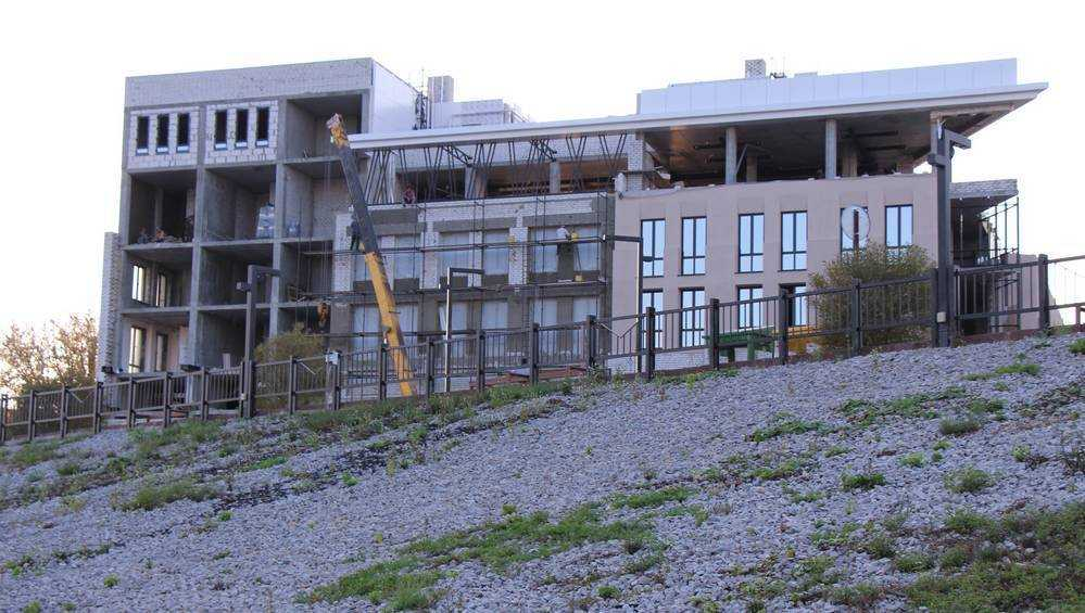 На набережной Брянска подошло к завершению строительство гостиницы
