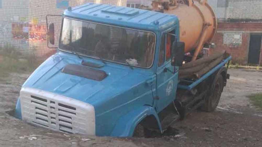 В Фокинском районе Брянска грузовик ушёл под землю