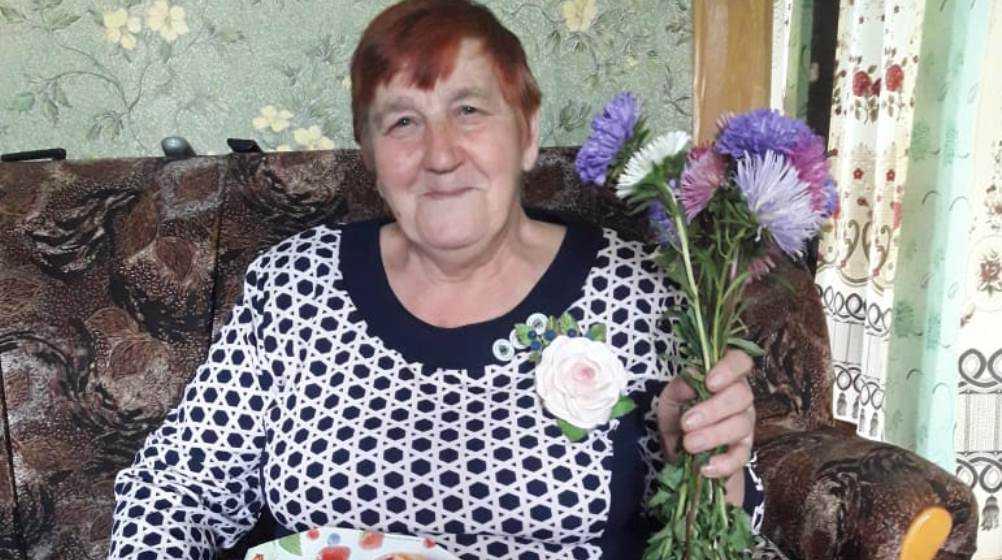 В Суземском районе соцработники подарили доярке домашний праздник