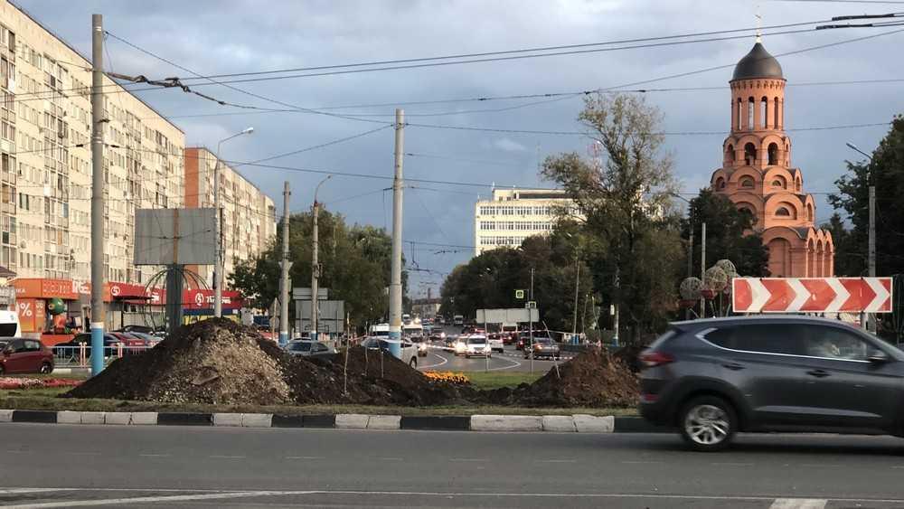 Брянские газовики уничтожили клумбы на кольце возле «Самолета»