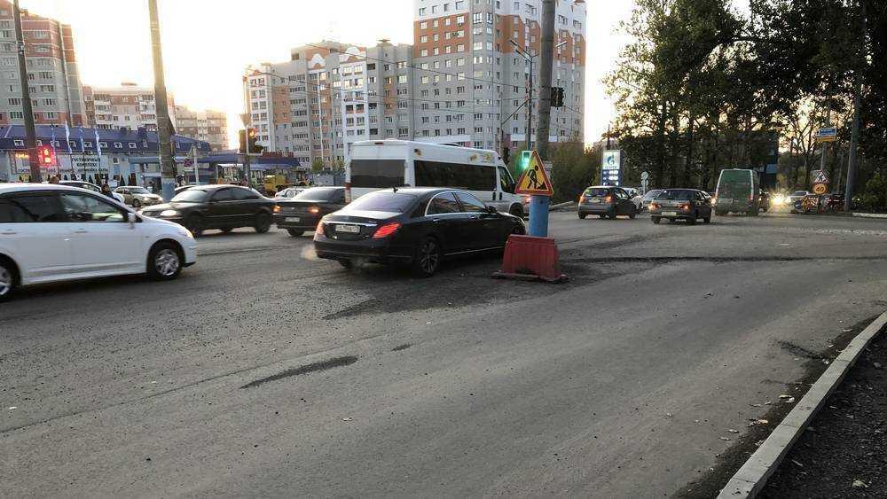 В Брянске на Авиационной водителей стал встречать столб посреди дороги
