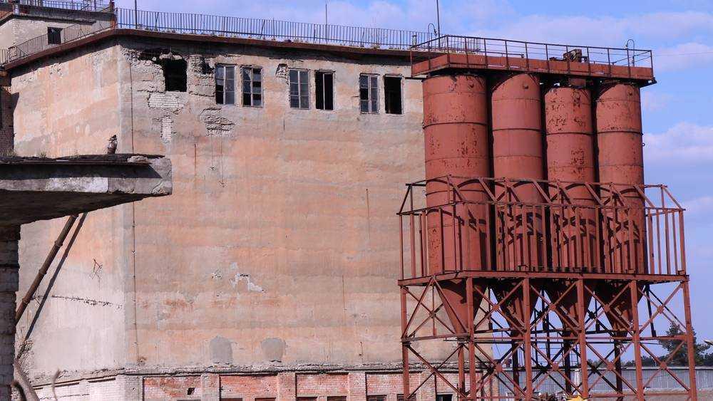 В Брянске на комбинате «Мелькрукк» разрушили старое здание