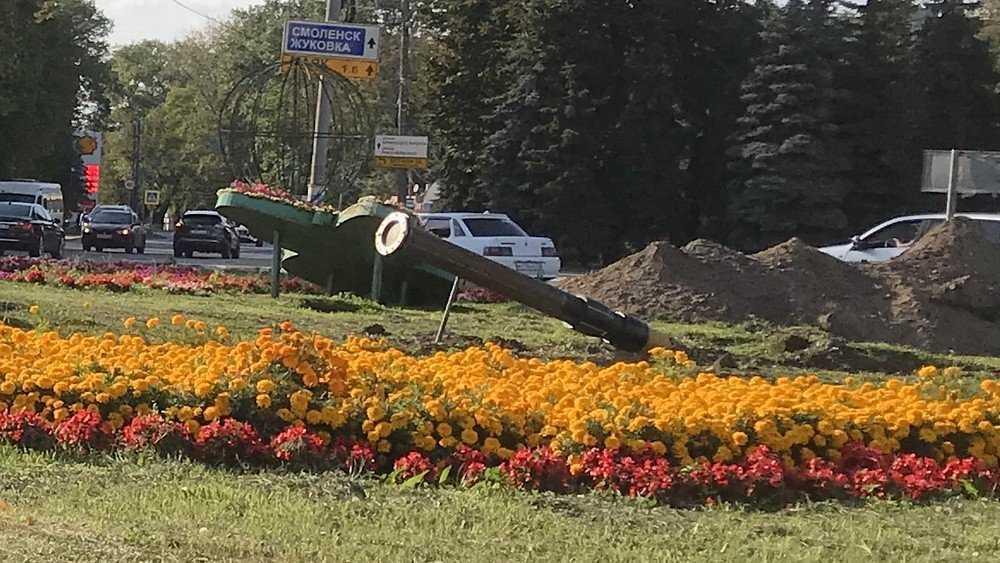 В Брянске на кольцо возле «Самолёта» выкатили пушку