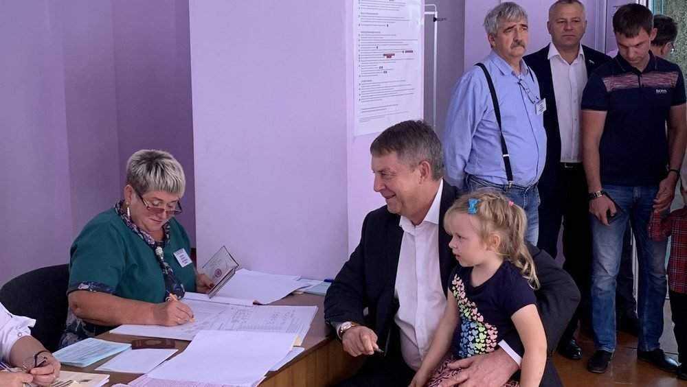 Брянский губернатор Богомаз пришел на избирательный участок с внучкой
