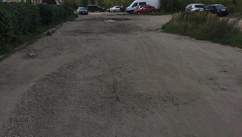 В Брянске на улице Крахмалева из-под дороги «вылез» электрокабель