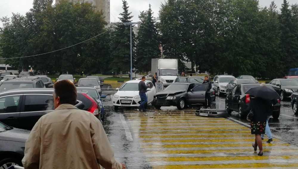 В Брянске на парковке у «Линии» произошло нелепое ДТП