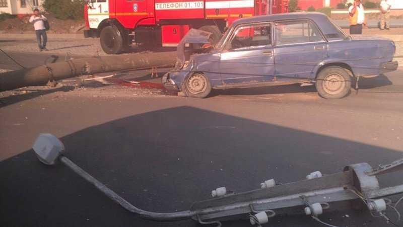 столб упал на автомобиль