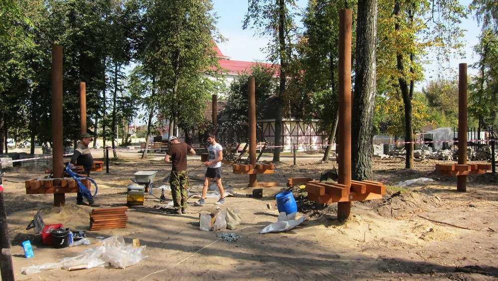В Майском парке в Бежице начали установку веревочного городка