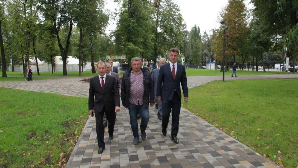 Глава Брянска Хлиманков и мэр Макаров оценили ремонт Майского парка