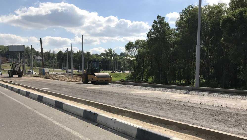 В Брянске начали срезать новый асфальт на Первомайском мосту