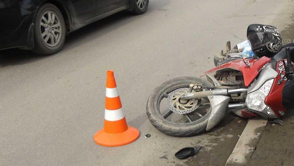 Под Брянском погиб врезавшийся в легковушку 23-летний мотоциклист