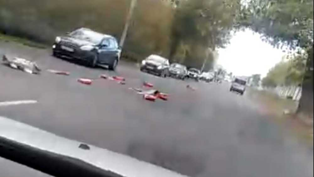 В Брянске рассыпали мусор прямо на дороге по улице Бурова