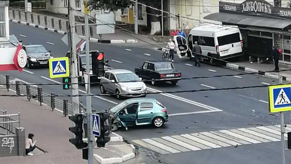 В Брянске после ДТП маршрутка протаранила остановку