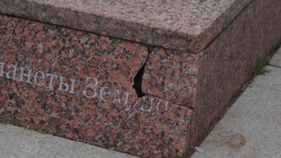 В Брянске стал разрушаться постамент памятника Юрию Гагарину