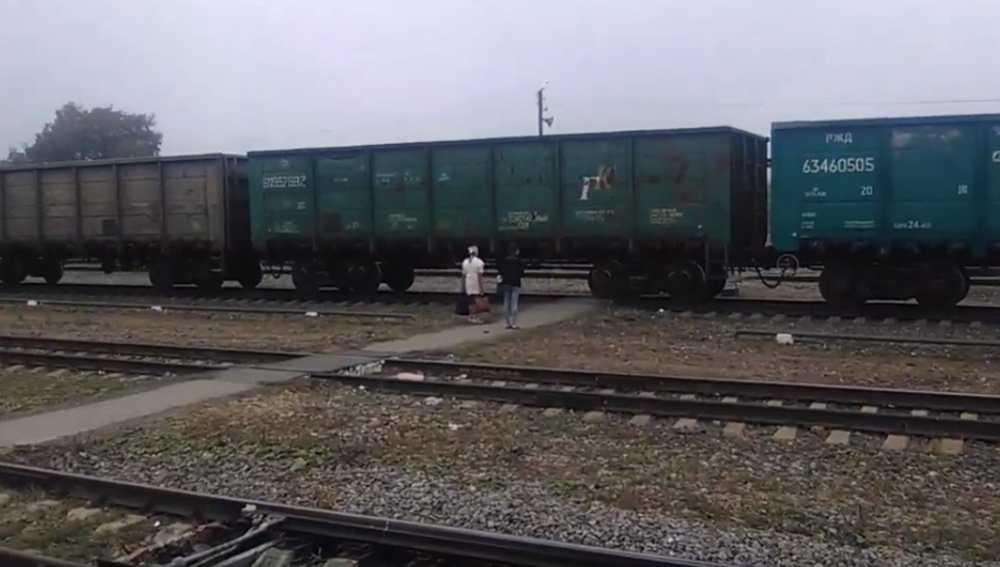В Почепе поезд перекрыл путь спешившим в гимназию детям