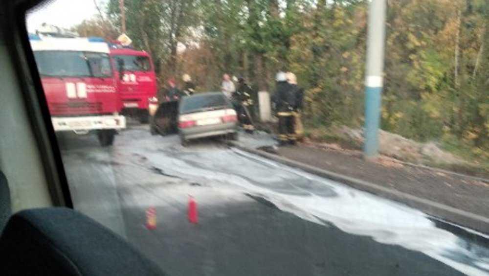 В Брянске напротив бассейна ДОСААФ на дороге сгорел автомобиль