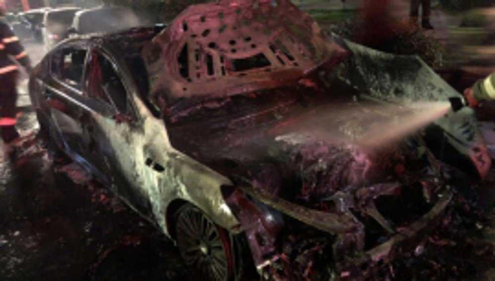 В Брянске на улице Авиационной ночью сгорела иномарка