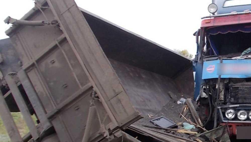 Под Суземкой прицеп грузовика врезался в фуру