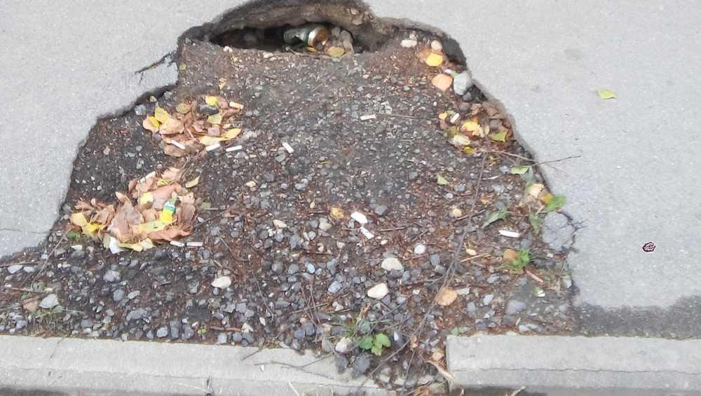 В Брянске тротуар в переулке Пилотов начал проваливаться