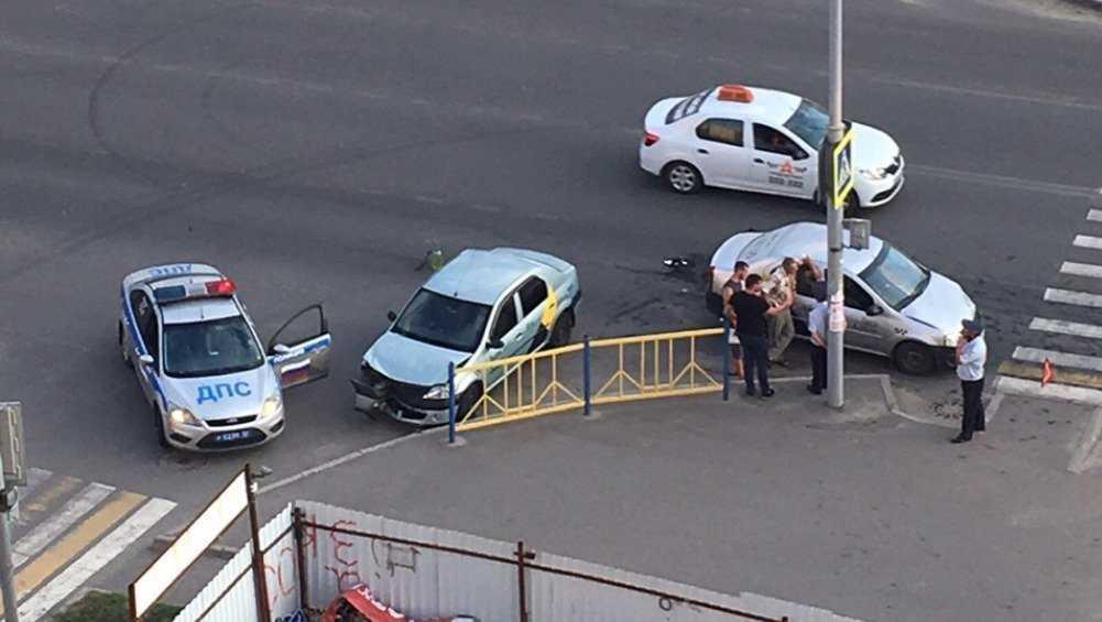 В Брянске не поделили дорогу два автомобиля «Яндекс. Такси»