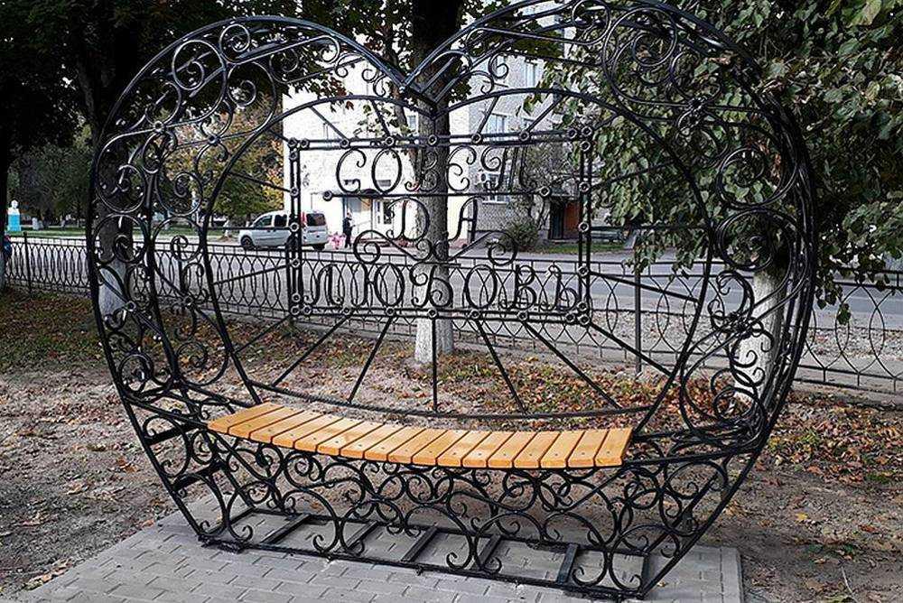 В Сельцо удивительные скамейки