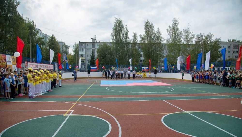 Глава Брянска Хлиманков сыграл с гимназистами на новой спортплощадке
