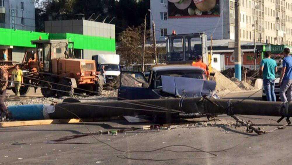 В Брянске на Авиационной улице на проезжавший автомобиль упал столб