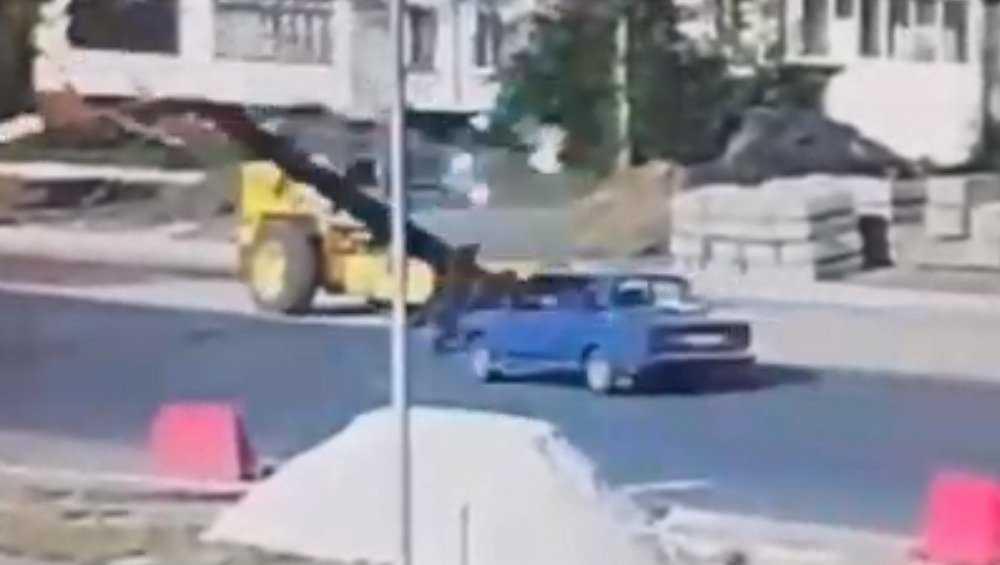 Появилось видео падения бетонного столба на автомобиль в Брянске