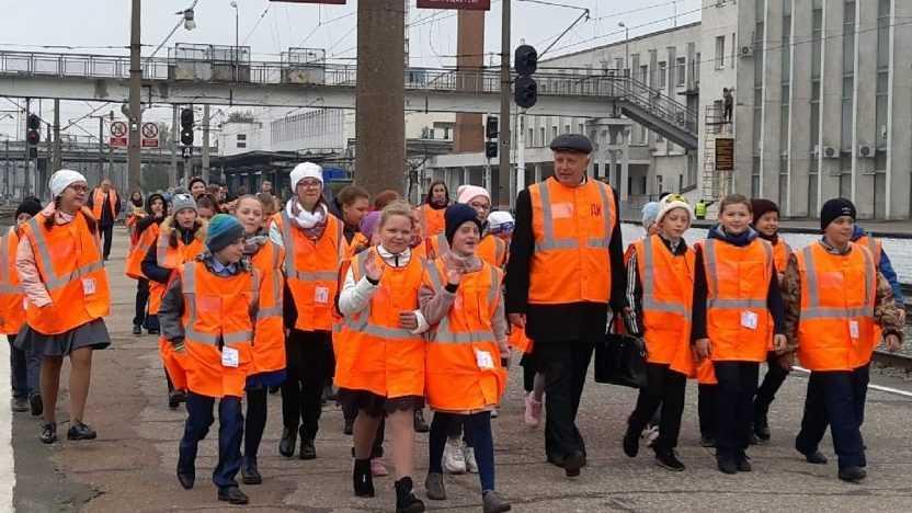 Брянские школьники стали пассажирами «Рейса безопасности» и повторили правила поведения на железной дороге