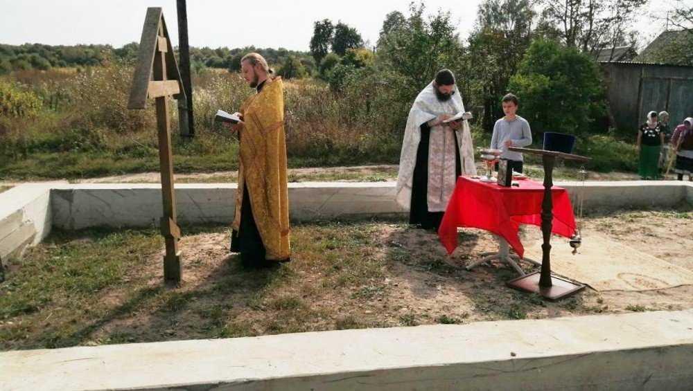 В селе Удельные Уты освятили место возрождаемого храма