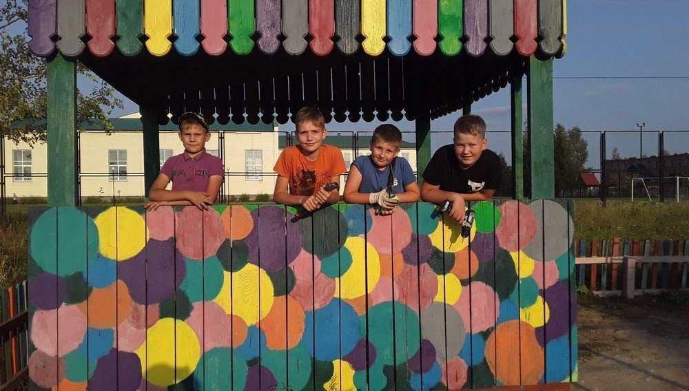 В брянском поселке Локоть ребята отремонтировали детскую площадку