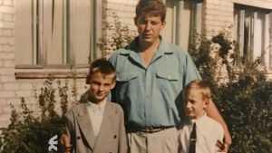 Брянский губернатор показал свою фотографию с сыновьями-школьниками