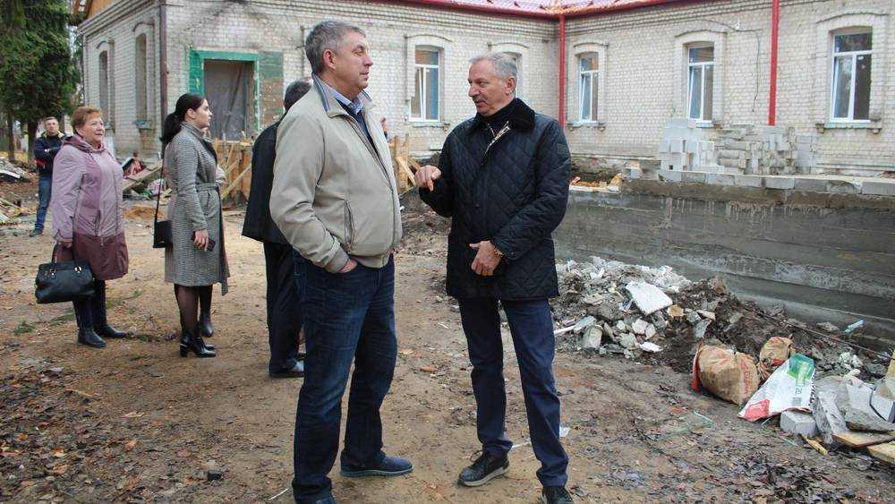 Брянский губернатор оценил ремонт больницы и стадиона в Стародубе