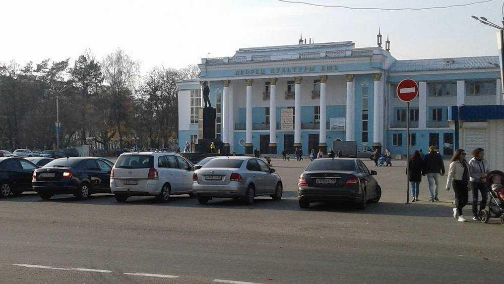 Жители Брянска попросили разобраться со стоянкой возле Майского парка