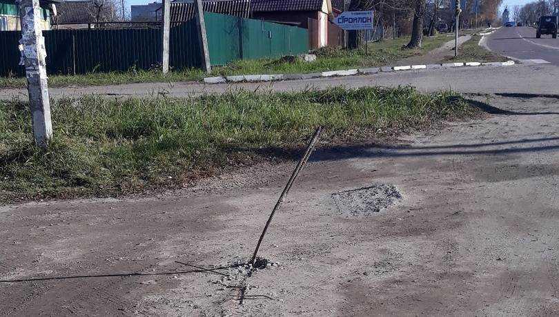 В Белых Берегах на дороге выросли острые метровые пики