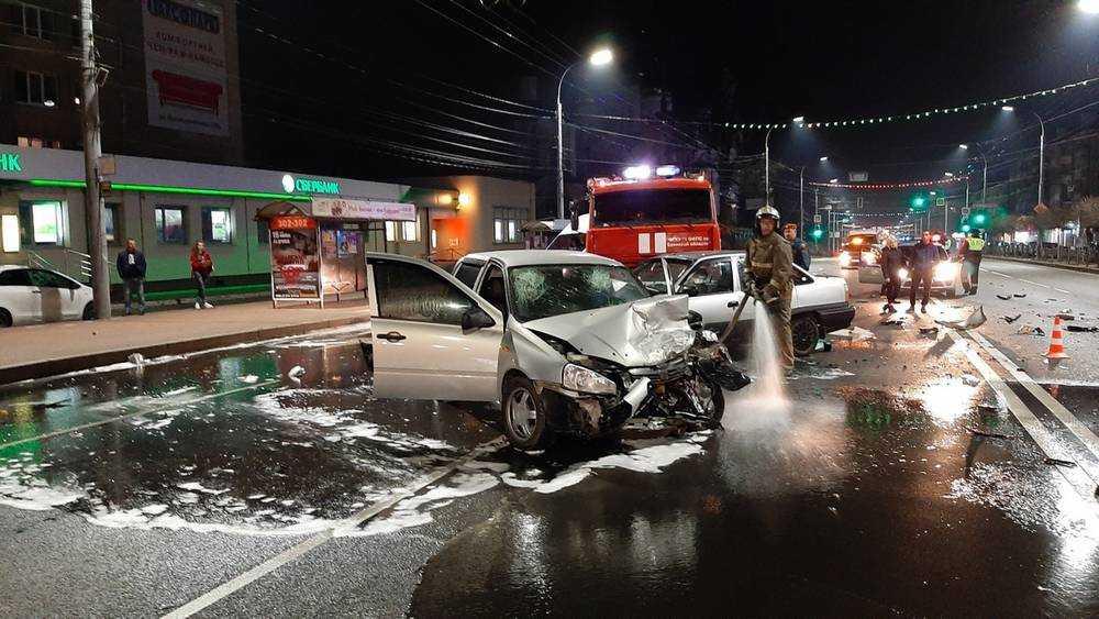 В Брянске возле цирка произошло жуткое ДТП с тремя автомобилями